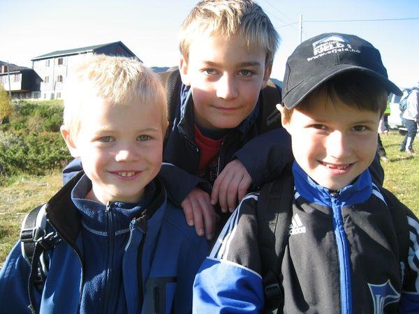 Blide gutar på tur: frå venstre Asbjørn Grøna, Kristoffer Kroken og Ivar Fjeld