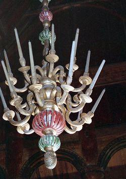 Gamal lysekrone i tre i Lom stavkyrkje