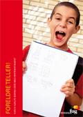 Bilde av en glad gutt som viser fram mattelekser på forsiden av Foreldre teller! om foreldre kan hjelpe barna med matematikk