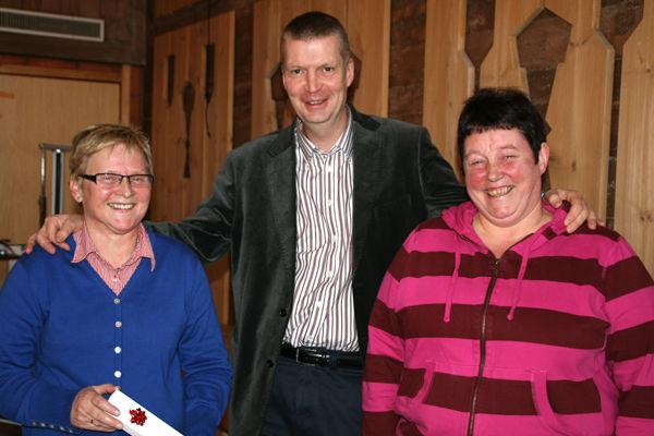 Administrasjonssjef Ola Helstad deler ut klokke for 25 år i Lom kommune til Ellen Sanden og Marit Kroken