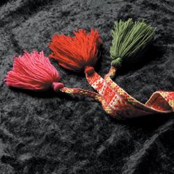 <br> Grindvevd bånd i tre forskjellige farger