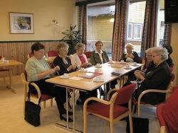 Glade pensjonistar strikker sokkar til Estland