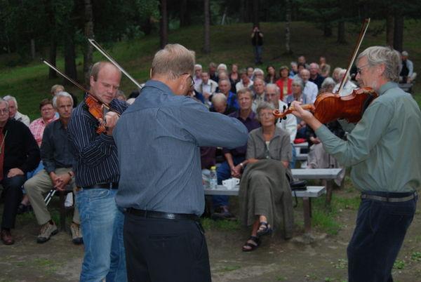 Gode spelemenn og interesserte lydarar under olsokfeiringa i Presthaugen 2010.