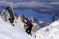 I bratte parti må skiene på ryggen, her ser vi Jarle Berge foran og Bård Smestad. Foto: Daniel Kvalvik.