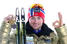 Petter Northug med noe av medaljefangsten fra Oslo-VM 2011, hvor det blant annet ble seier på 5-mila. Foto: Hemmersbach/NordicFocus.