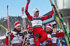 Petter Northug lftes etter VM stafetten 2011 av lagkameratene Tord Asle Gjerdalen, Eldar Rnning og Martin Johnsrud Sundby. Foto: Hemmersbach/NordicFocus