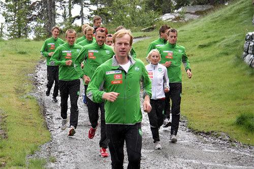 Bjørn Dæhlie kjører tre små bakkeintervaller med Team Xtra personell på Norefjell, juni 2011. Foto; Geir Nilsen/Langrenn.com.