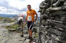 Chris Forne vel i mål på Fonnfjellet i Meråker etter å ha gjennomført 26 Peaks Extremity Race et tidligere år. Foto: Team Offtrack Emily Wall.