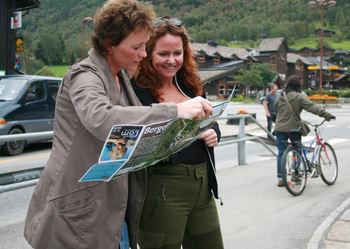 Heidi Sørensen fekk med seg mai Bakken som guide på vandring i Fossbergom