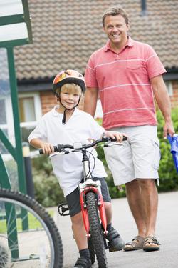 Far og sønn på skolevei