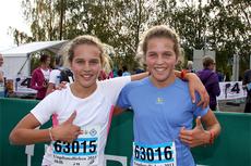 Lotta, til venstre, og Tiril Udnes Weng etter å ha vunnet Birkebeinerløpet i sin årsklasse et tidligere år. Nå er de begge i startlista til Råskinnet lørdag 2. mai 2015. Foto: Geir Nilsen/Langrenn.com.