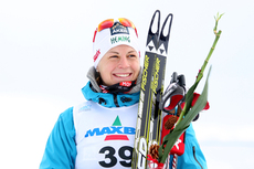 Astrid Uhrenholdt Jacobsen øverst på seierspallen etter NM 10 km fri teknikk på Voss 2012. Foto: Geir Nilsen/Langrenn.com.