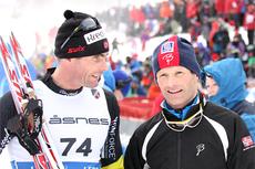Thomas Alsgaard og Kristen Skjeldal småprater etter at deres duell på 15 kilometeren under NM på Voss er tilbakelagt. De ble henholdsvis nummer 4. og 9. Foto: Geir Nilsen/Langrenn.com.