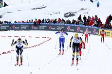 Maiken Caspersen Falla, i venstre bildekant, staker seg inn til NM-gull i sprinten på Voss 2012. Til høyre Maria Nysted Grønvoll som utfordret Falla i kampen om seieren. Foto: Geir Nilsen/Langrenn.com.