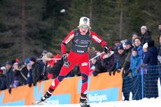 Therese Johaug maler på i et tempo ingen andre matchet under 15 kilometer skiathlon i NM på Voss 2012. Foto: Geir Nilsen/Langrenn.com.