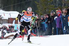 Sjur Røthe jager mot medalje i 30 km skiathlon på hjemmebane i Voss under NM 2012. Det ble bronse, mannen som ligger på hjul, Snorri Einarsson, kapret sølvet. Foto: Geir Nilsen/Langrenn.com.