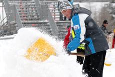 Arrangørene av verdenscuprunden i Szklarska Poreba 2012 rydder snø fro harde livet. Foto: Hemmersbach/NordicFocus.