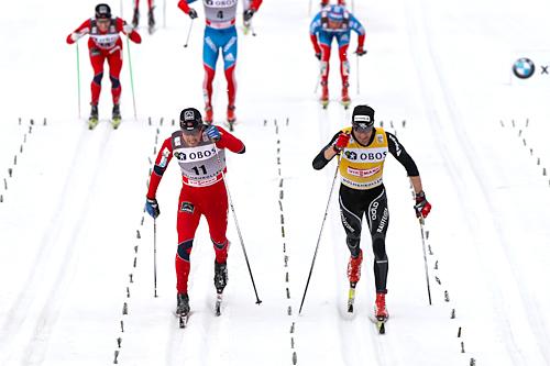 Eldar Rønning og Dario Cologna spurter om seieren på 50 km i Holmenkollen 2012. Foto: Laiho/NordicFocus.