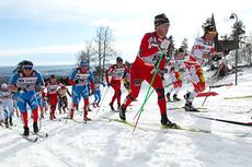 Martin Johnsrud Sundby i rød skidress underveis på 5-mila i Holmenkollen 2012. I mål ble det en sterk 3. plass. Foto: Laiho/NordicFocus.