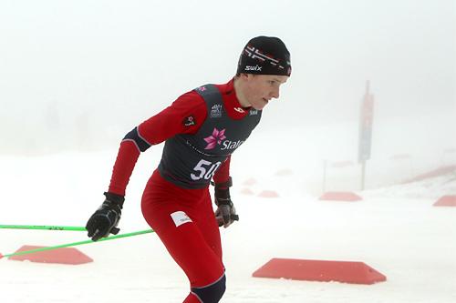 Vebjørn Turtveit fosser gjennom tåkehavet og inn til junior-NM-gull på 10 km fri i Holmenkollen 2012. Foto: Erik Borg.