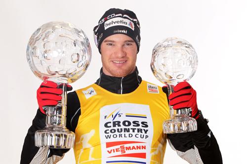 Dario Cologna med verdenscuptroféene han vant i 2012. Foto: Hemmersbach/NordicFocus