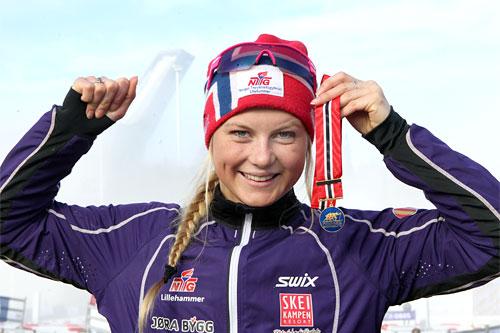Lisa Kvamme er blant de uttatte til Nordisk Landskamp for juniorer. Her er hun med sitt NM-gull i klassen for 17-åringer under NM 5 km i fri teknikk i Holmenkollen 2012. Foto: Erik Borg.