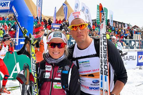 Therese Johaug og Chris André Jespersen smiler etter å ha vunnet Skarverennet 2012. Arrangørfoto.
