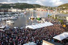 Store folkemasser samler seg for å følge med på Blinkfestivalen. Arrangørfoto.