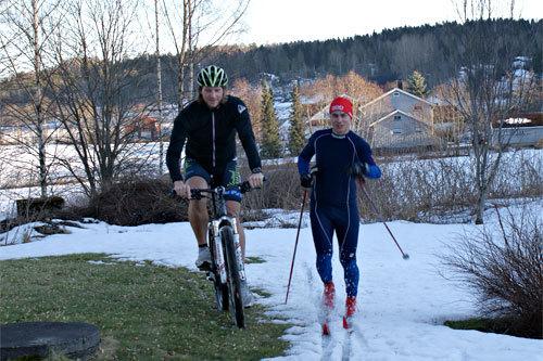 John Martin Kind og Fredrik W. Ryggetangen bruker Montebellotrippelen til å måle krefter. Foto: Tove R. Teien.