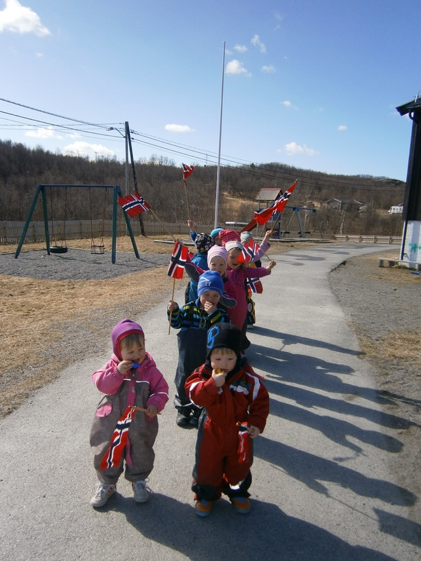 Barna på Lisadellhaugen barnehage går i tog 16 mai 2012