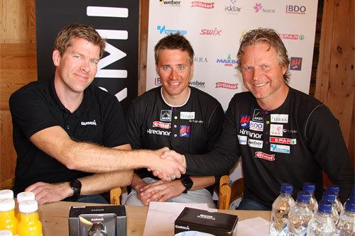 Ola Vigen Hattestad er med når Ivan Rosenborg fra Garmin og Skiforbundets Åge Skinstad takker hverandre etter signert samarbeidsavtale. Foto: Geir Nilsen/Langrenn.com.