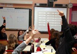 Elever rekker opp hender