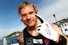 Øystein Pølsa Pettersen vant Toppidrettsveka 2012 og symboliserer her plasseringen med en pekefinger i været. Nå er hånden i gips. Foto: Aapo Laiho.