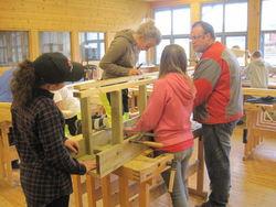 Lærar Trond Volden og jentegjengen lager benk.