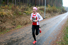 Karoline Bjerkeli Grøvdal fosser frem mot ny løyperekord i Hytteplanmila 2012. Foto: Geir Nilsen/Langrenn.com.