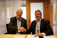 Administrerende direktør Torbjørn Almlid (t.v.) og administrerende direktør Richard Heiberg signerte avtalen på vegne av henholdsvis Norsk Tipping og Sparebanken Hedmark. Foto: NM på Ski 2013.