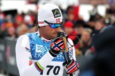 Petter Northug har akkurat gått i mål til seier i Beitosprintens åpningsrenn 2012. Foto: Geir Nilsen/Langrenn.com.