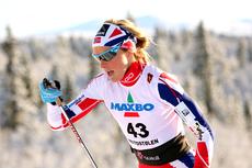 Therese Johaug er helt ustoppelig i sesongåpningen 2012. Her fosser hun frem mot overlegen seier på 10 km klassisk. Foto: Geir Nilsen/Langrenn.com.