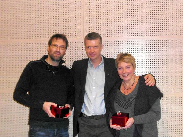 Administrasjonssjef Ola Helstad (i midten) deler ut klokke til Brit Hoft og Reidar Svare for 25 år i Lom kommune