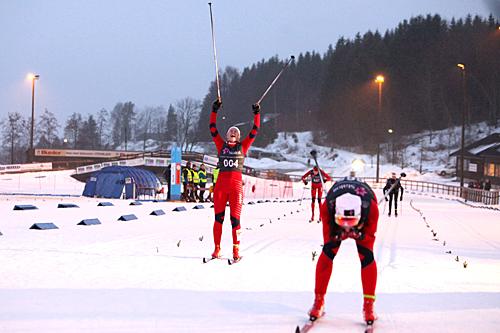 Trude Nonstad Fornes fra Ranheim jubler inn til andreplass på det andre norgescupløpet i helga. Vinner Hilde Losgård Landheim fra Tynset er fremst på bildet.  Foto: Erik Borg
