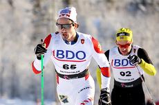 Hans Christer Holund underveis i den nasjonale sesongåpningens 15 km klassisk i Beitosprinten 2012. Like bak følger Anders Myrland. Foto: Geir Nilsen/Langrenn.com.