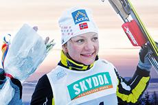 En glad Maiken Caspersen Falla etter å tatt NM-gull i sprint under mesterskapet på Gåsbu 2013. Foto og fotomontasje: Rasmus Kongsøre/Langrenn.com.