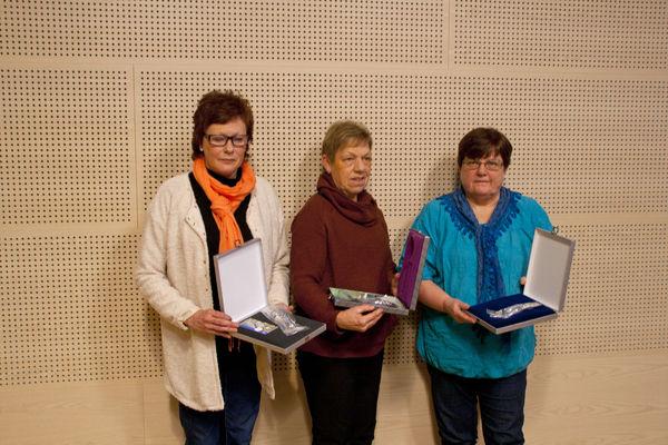 Edel Skau, Halldis Frisvold og Kjellaug Kolden fekk Elvesæterskeier for lang teneste i Lom kommune