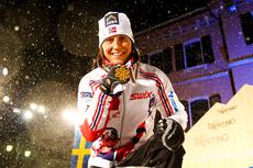 Marit Bjørgen med VM-gullet på sprinten under mesterskapet i Val di Fiemme 2013. Foto: Laiho/NordicFocus.
