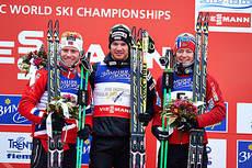 Seierspallen for skiathlon i VM i Val di Fiemme 2013. Fra venstre: Martin Johnsrud Sundby (2.), Dario Cologna (1.) og Sjur Røthe (3.). Foto: Felgenhauer/NordicFocus
