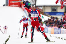 Marit Bjørgen suser inn til gullmedalje på skiathlon under VM i Val di Fiemme 2013. Foto: Felgenhauer/NordicFocus