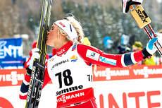 Therese Johaug gir sine ski en velfortjent takk etter at VM-gullet på 10 km fristil er sikret i Val di Fiemme 2013. Foto: Felgenhauer/NordicFocus.