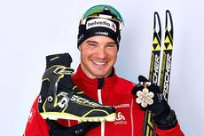 Dario Cologna med VM-gullet han tok på 30 km med skibytte på mesterskapet i Val di Fiemme 2013. Foto: Felgenhauer/NordicFocus.