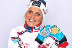Therese Johaug med VM-gullet hun kapret på 10 km fristil under mesterskapet i Val di Fiemme 2013. I tillegg har hun også med seg sølvet fra 15 km skiathlon fra en tidligere dag. Foto: Felgenhauer/NordicFocus.