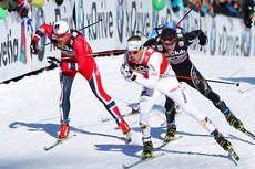 Emil Jönsson underveis i et av kvartfinaleheatene i verdenscupen i Lahti 2013. Innenfor seg har han Petter Northug i rødt og like bak følger Jüri Kindschi i sort. Foto: Laiho/NordicFocus.